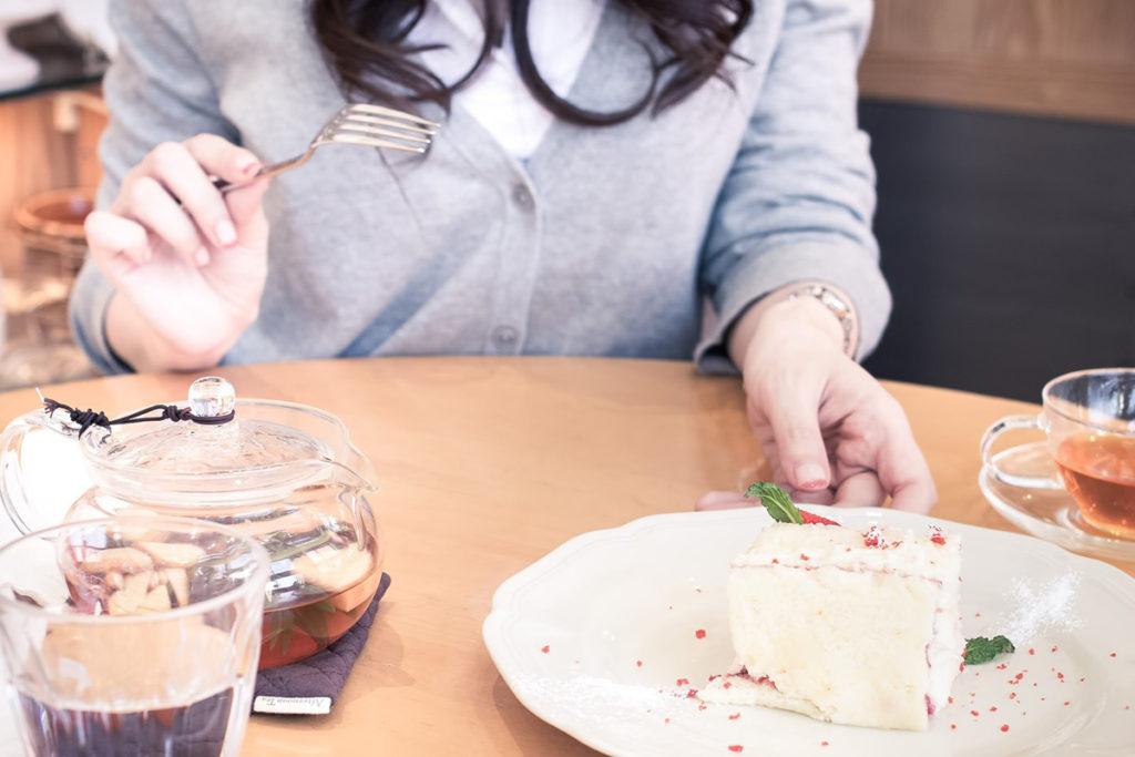 食べすぎる女性
