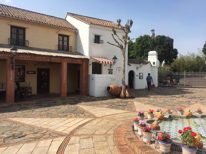 昼の地中海村