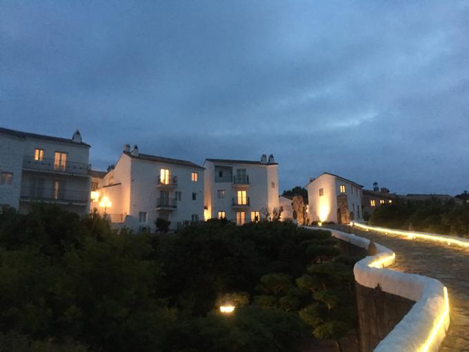 夜の地中海村
