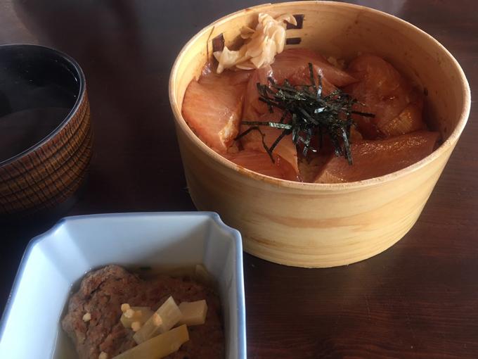おかげ横丁の新鮮な海鮮丼
